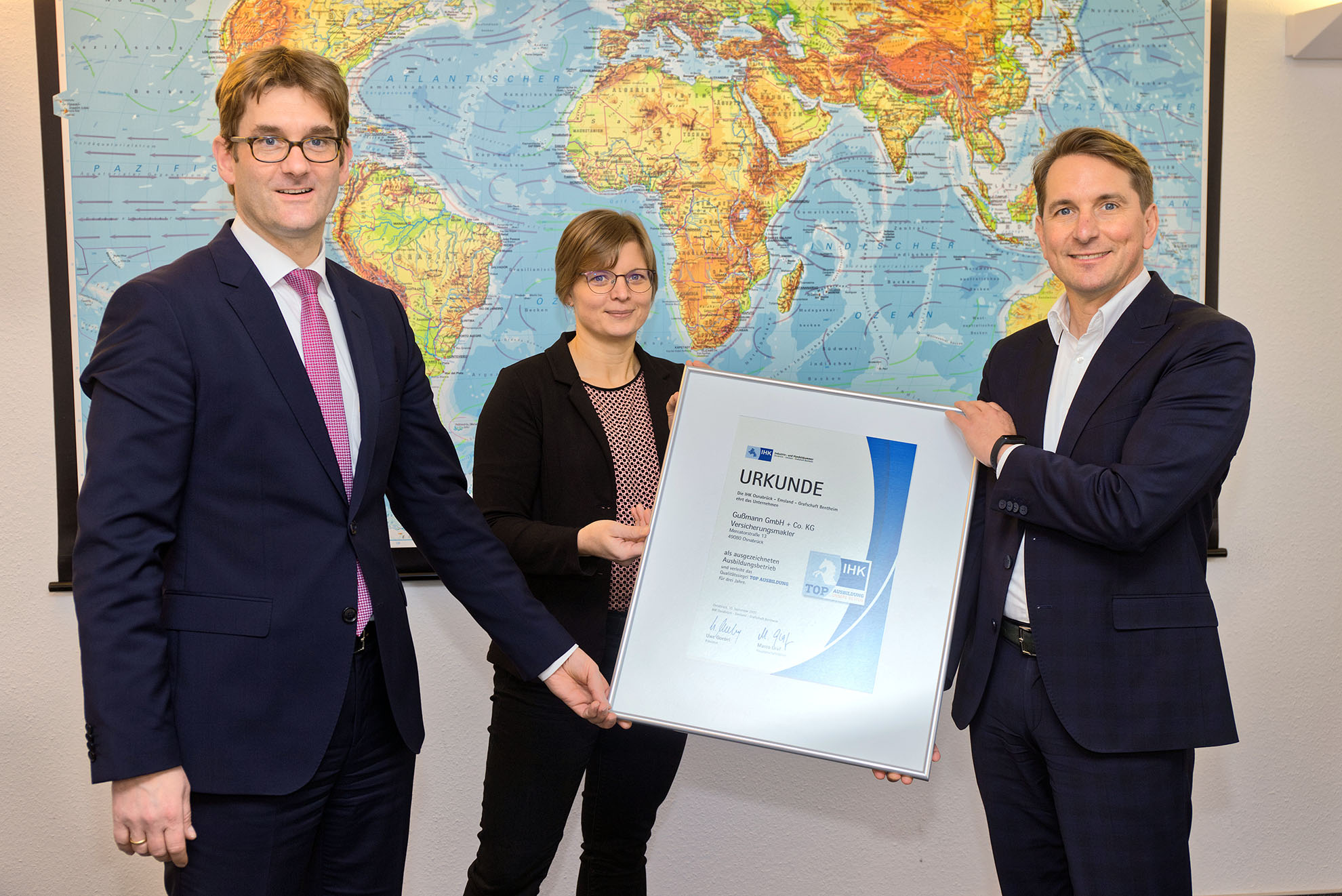 Martin Schlichter, IHK-Präsident, Bodo Gußmann und Jörg Holtgrefe, Gußmann GmbH + Co. KG (v.r.)